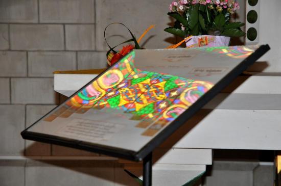 Reflet de vitrail à la basilique Sainte Jeanne-Antide - Doubs - Juin 2011