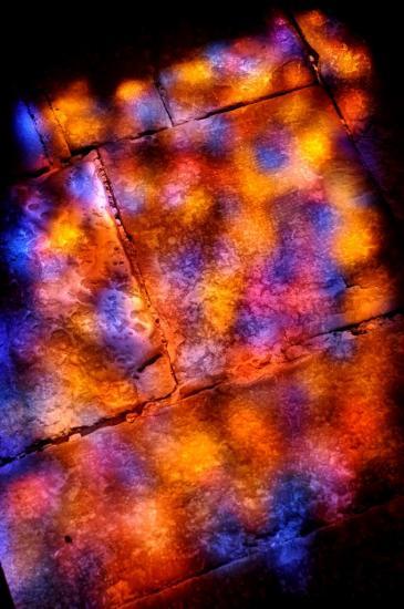 Reflets des couleurs d'un vitrail à l'église de Carennac - Lot - Août 2013